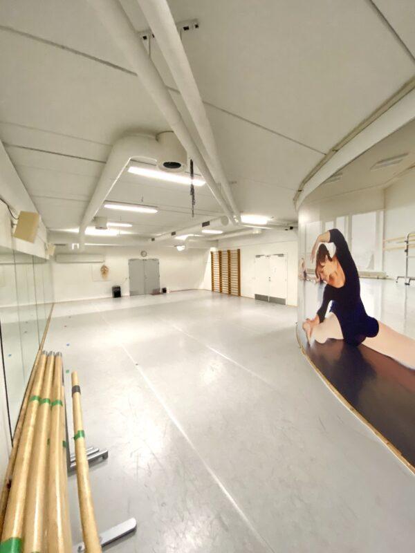Balletskolen i DGI-byens balletstudie med dansevinyl, barrer og spejlvæg