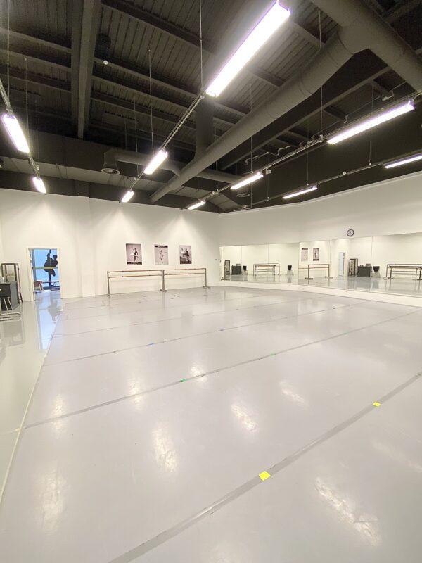 Balletstudie på 135 kvm hos balletskolen i City2 i Taastrup ved Høje Taastrup station. Studiet har dansevinyl, spejlvægge, barrer og højt til loftet.