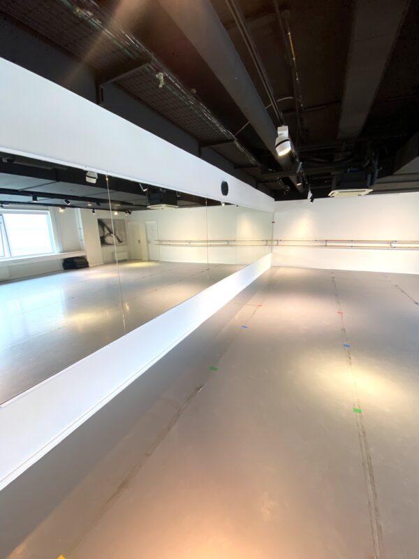 Balletstudiet hos balletskolen i Ørestad i Fields med dansevinyl, spejlvæg, fastmonterede og løse barrer samt dejligt lysindfald.