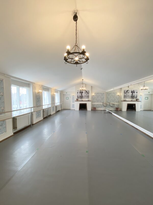 Balletkompagniet Pejsegaardens balletstudie med dansevinyl, spejlvæg, fastmonterede samt løse barrer. Studiet har også en kamin, og må være Københavns hyggeligste balletstudie.