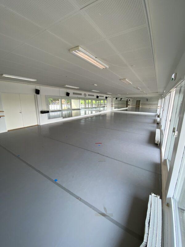 Balletskolen i Skovshoveds balletstudie, 130 kvm sal med dansevinyl, spejlvæg samt løse og faste barrer.