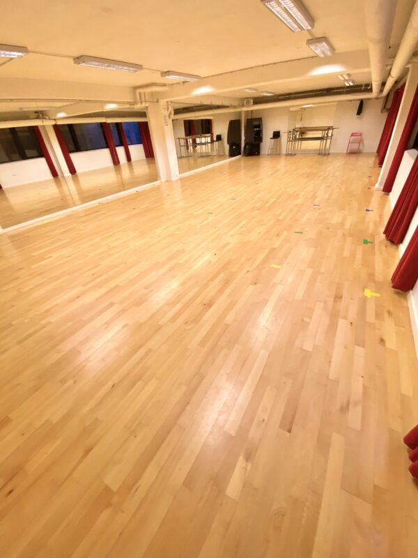 Balletstudiet i Vanløse, 100 kvm. stødabsorberende gulv med spejlvæg og løse barrer.