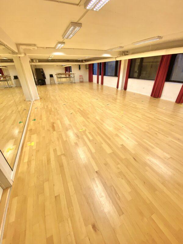 Balletstudiet i Vanløse med spejlvæg, løse barrer og stødabsorberende gulv.